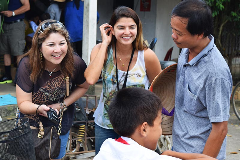 What is the attitude of Vietnamese people towards foreign tourists
