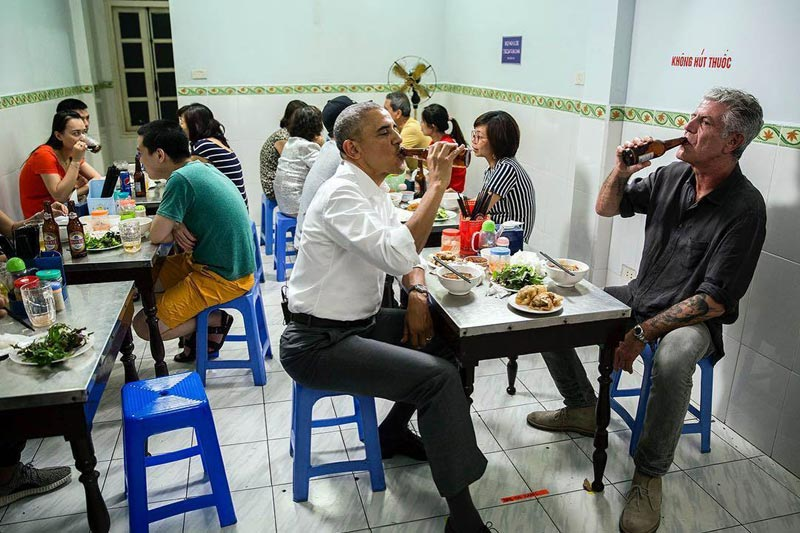 Obama sample Bun Cha Ha Noi Vietnam Tour